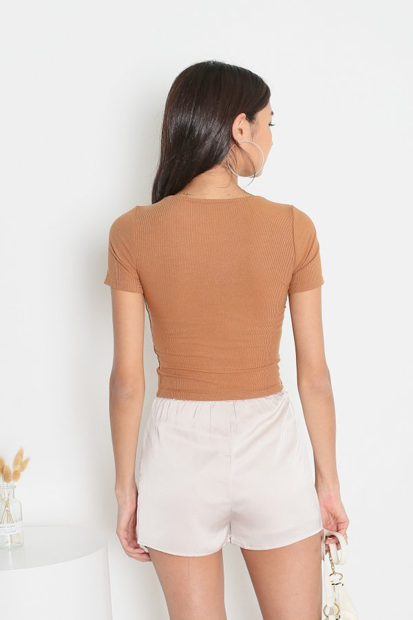 *TPZ* TAKE IT EASY RIBBED TOP IN CARAMEL *WITH SCRUNCHIE*